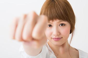 若い女性 拳