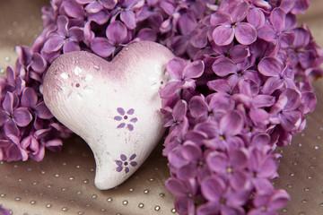 Herz mit Fliederblüten
