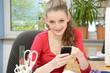 Schülerin schreibt SMS während Hausaufgaben