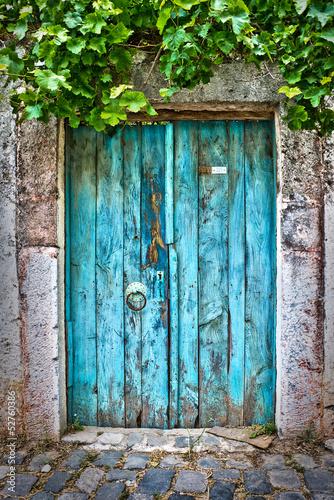 Porte bleue dans un village turc - 52760386