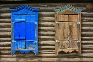 Два окна с закрытыми ставнями