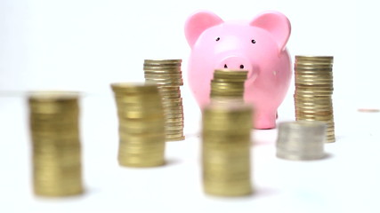 Ladrón robando dinero ahorrado