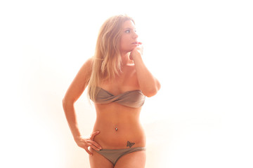 hübsche junge Frau im Bikini