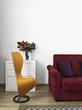 poltrona gialla vicino al divano rosso nel soggiorno