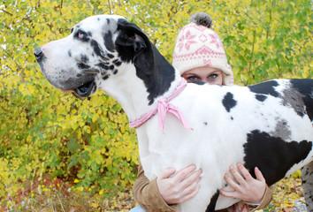 Frau versteckt sich hinter einer Dogge