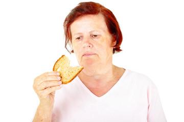 Seniorin isst Brot