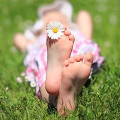 kleines Mädchen barfuß im Gras