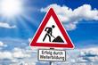 Schild mit Erfolg durch Weiterbildung