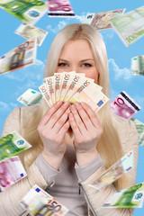 Glückliche Frau mit Geldscheinen