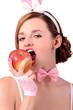 девушка в костюме кролика кусает яблоко