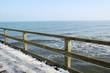 Geländer einer Seebrücke im Winter