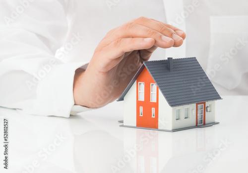 Schützende Hand über Haus