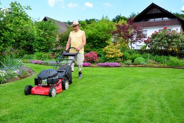 Rentner mit dem Rasenmäher
