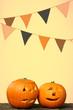 kürbisköpfe und girlande zu halloween