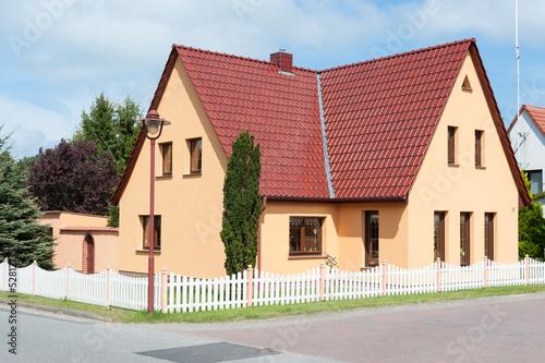 Neues Wohnhaus in einem Wohngebiet