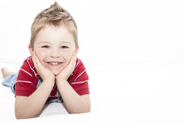 Kind lachend am Bett