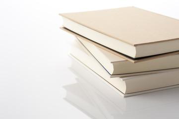 白背景に積み重ねた本