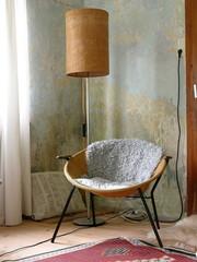 Sessel mit Schaffell und Stehlampe in einem Landhaus