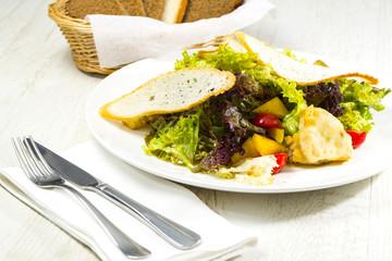 Салат из свежих овощей и канапе с мягким сыром