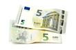 Zwei neue Fünf Euro Scheine isoliert