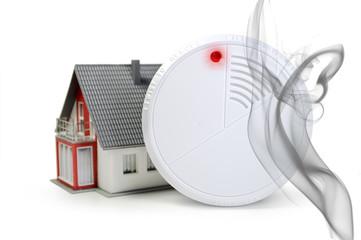 Haus mit Feuermelder und Rauch