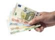 Hand hält Euro Geldscheine, mit neuem Fünfer