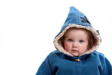 Kleinkind mit Wintermantel und Zipfelmütze