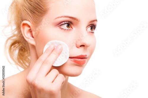 junge blonde Frau beim abschminken