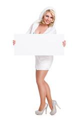 attraktive blonde Frau mit Kapuzenkleid und Schild