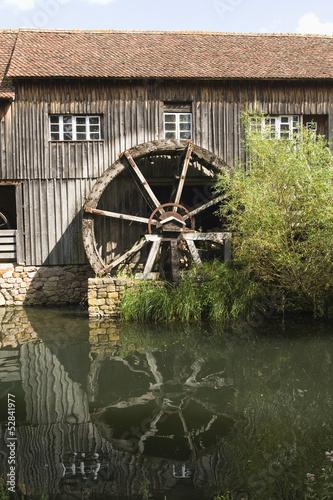 Vieille roue de moulin à eau.