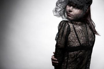 Junge Frau mit  Haute Couture Spitzentop