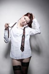 Junge Frau mit Hemd und Krawatte