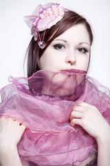 Junge Frau im rosa burlesque Kostüm