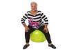 Seniorin sitzt auf Gymnastikball