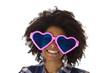 Afroamerikanerin mit lustiger Sonnenbrille