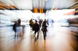 Reisende am Bahnhof mit Zoomeffekt