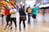 abstraktes Zoomeffekt-Foto von Menschen am Bahnhof