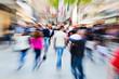 canvas print picture - Menschenmassen in der Stadt mit Zoom-Effekt