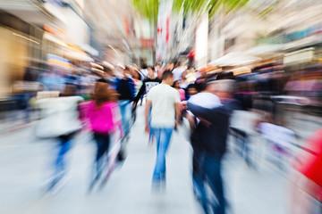Menschenmassen in der Stadt mit Zoom-Effekt
