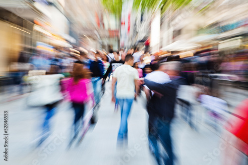 canvas print picture Menschenmassen in der Stadt mit Zoom-Effekt