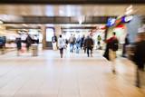 Menschen in der Bahnhofspassage mit Zoomeffekt