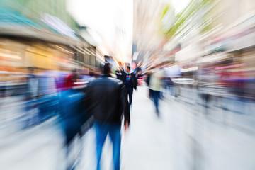abstraktes Zoombild von Menschen in der Fußgängerzone