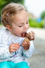 Kleines blondes Mädchen mit Eiswaffel