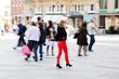 Menschen in der Stadt in Bewegungsunschärfe