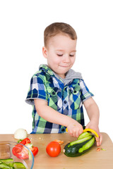 Kleiner Junge schält Gemüse