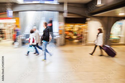 Menschen in der Bahnhofsunterführung