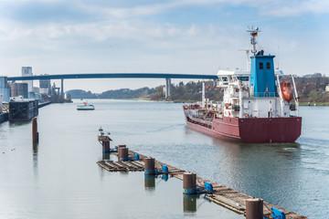 Kiel Holtenau - Einfahrt eines Frachters in den Nordostseekanal