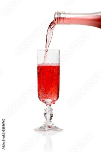 Sekt in ein Glas gießen