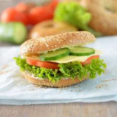 Bagel mit Käse und Gemüse