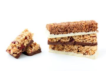 biscotti di cereali con cioccolato e frutta su sfondo bianco